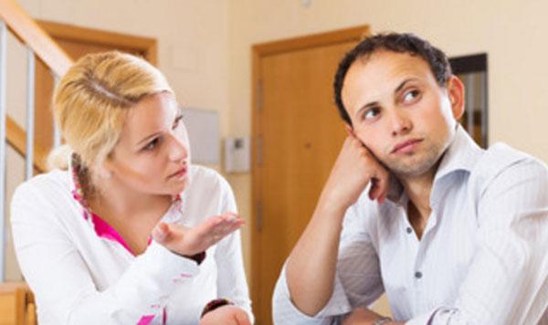 Женщина что-то говорит мужу, а он не смотрит на нее