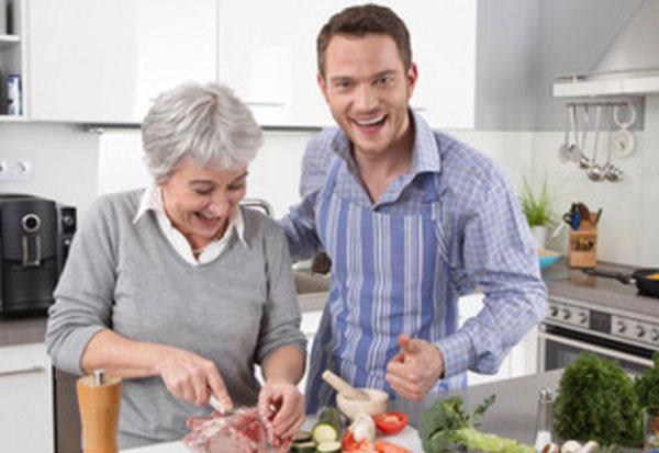 Мужчина с мамой готовят