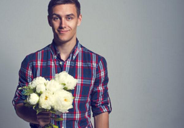 Красивый, ухоженный парень с цветами