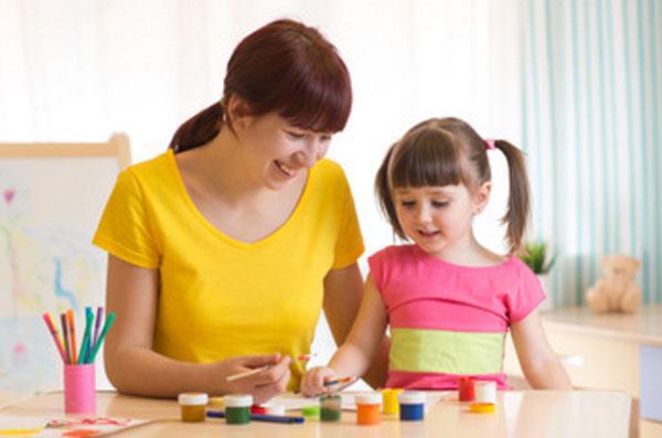Женщина рисует вместе с девочкой