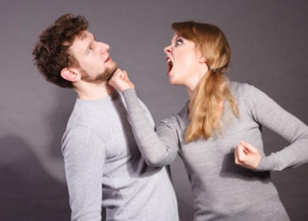 Женщина бьет мужа