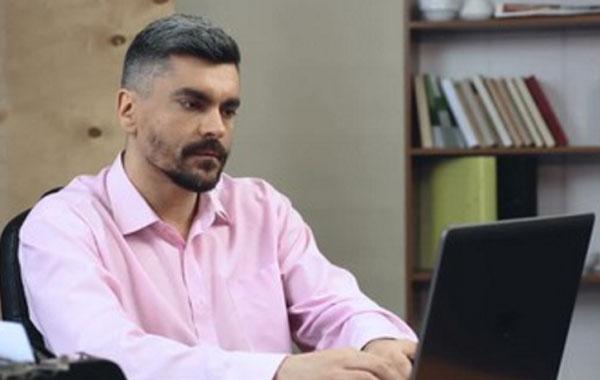 Мужчина набирает текст на ноутбуке