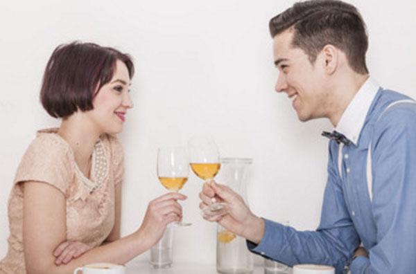 Парень с девушкой сидят за столиком, смотрят друг другу в глаза