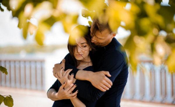 Мужчина обнимает расстроенную девушку