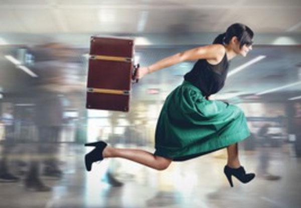 Женщина бежит со скоростью света, с чемоданом в руках
