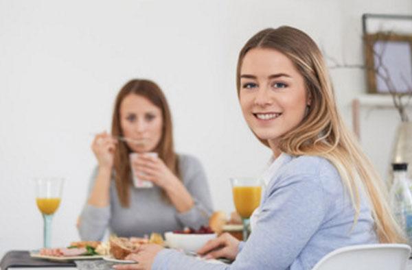 Девушки сидят за столом в квартире