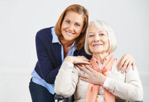 Девушка обнимает пожилую женщину
