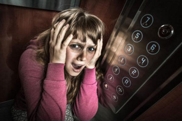Женщина в лифте. Она в ужасе