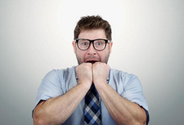 Испуганный мужчина в очках