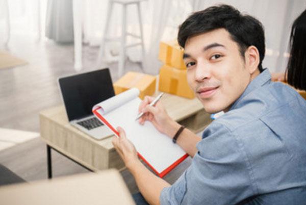 Мужчина собирается писать список дел