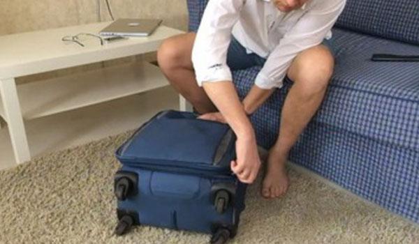 Мужчина собирает чемодан