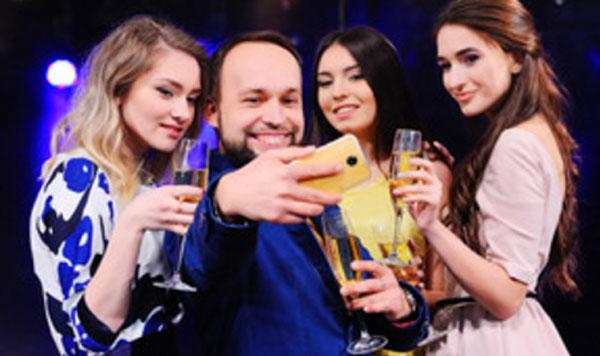 Мужчина в окружении трех девушек