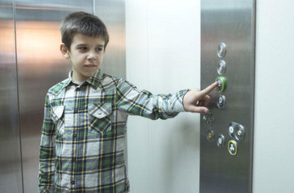 Мальчик нажимает на кнопку второго этажа