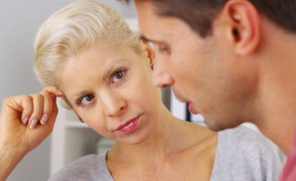 Парень что-то говорит с грустным выражением лица. Девушка его внимательно слушает