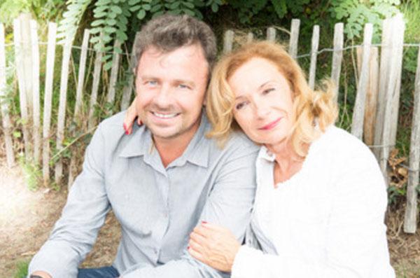 Мужчина и женщина постарше прижимаются друг к другу. Они счастливы