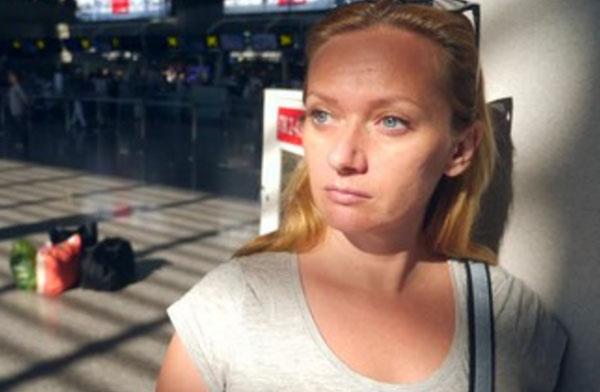Женщина серьезным выражением лица в аэропорту