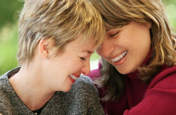 Две женщины радуются общению друг с другом