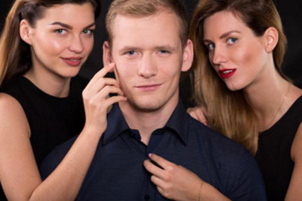Мужчина, окружен с двух сторон девушками