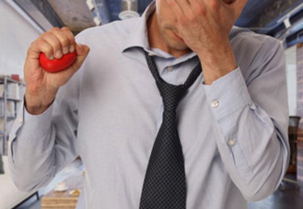 Мужчина нервничает, жмет в руке мячик