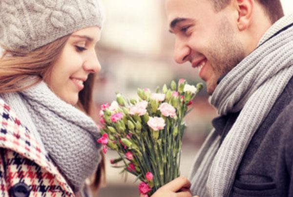 Влюбленная пара. Парень дарит девушке цветы