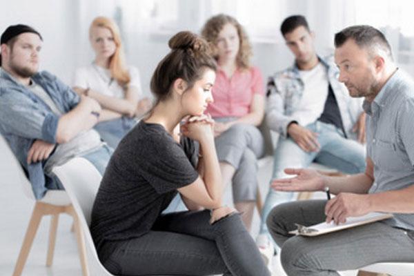 Группа людей. Проводится общение с психологом