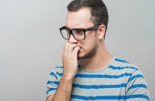 Парень в очках мучается сомнениями