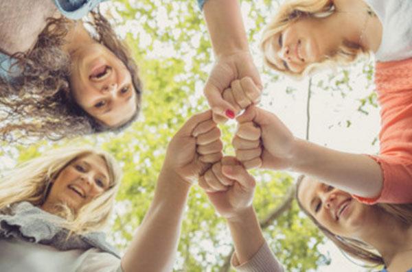 Четыре девушки стали вкруг и соединили свои кулачки