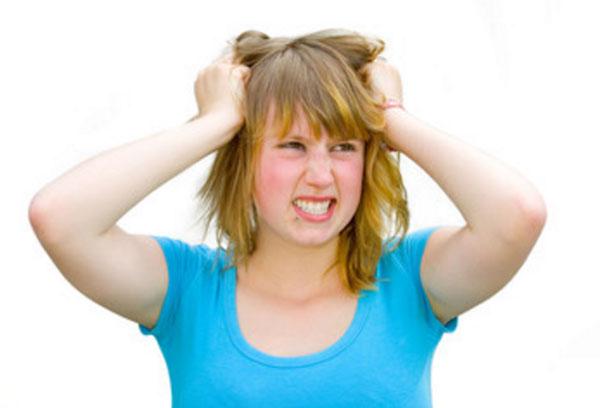 Девушка злиться, буквально рвет волосы на голове