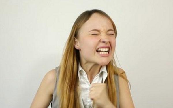 Девушка злиться, ее переполняют эмоции