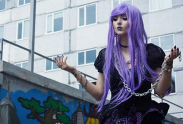 Девушка с фиолетовыми волосами и цепью в руке