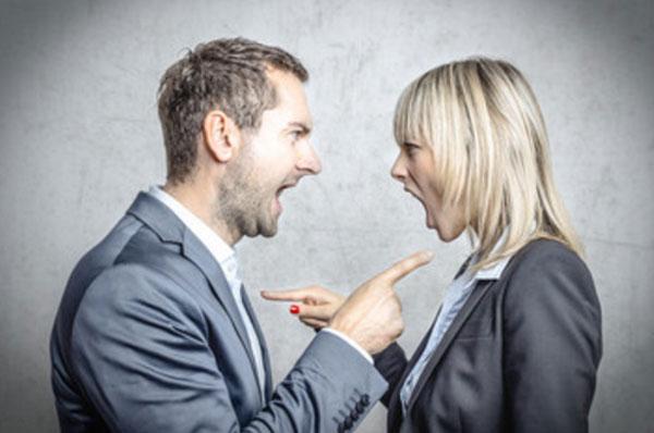 Парень с девушкой общаются на повышенных тонах. Оба в костюмах