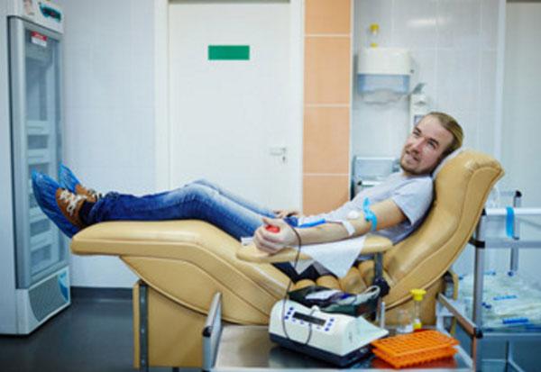 Парень сдает кровь. Донорство