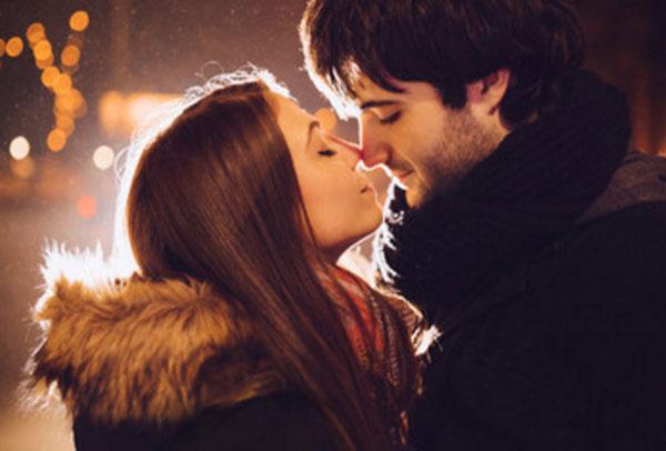 Влюбленная пара стоит лицом к лицо, происходит касание носиками