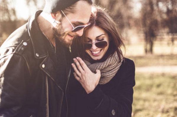 Парень с девушкой в солнцезащитных очках. Она прижимается к нему