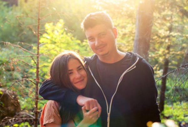 Парень с девушкой обнимаются по-дружески