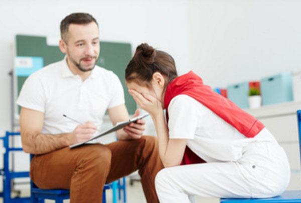 Общение психолога с девочкой, которая плачет