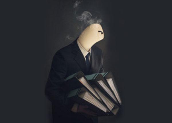 Человек в костюме с папками в руках. Вместо головы - погашенная свеча