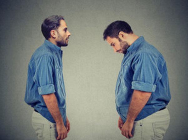 Полный и худой мужчина стоят друг напротив друга в одинаковой одежде