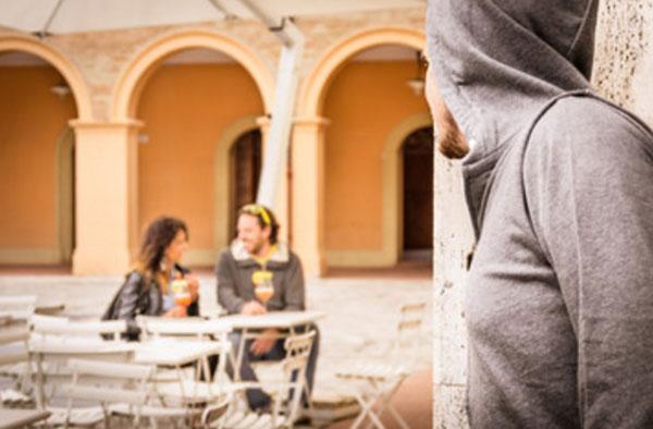 Мужчина увидел, что за столиком в кафе сидит его жена с другим парнем