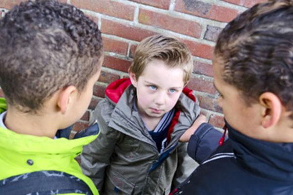Два мальчика прижали к стенке третьего