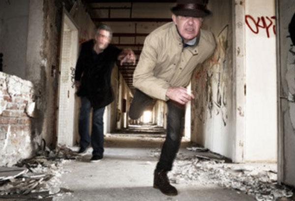 Мужчина в ужасе убегает от незнакомца