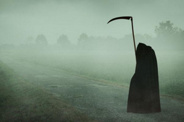 Смерть с косой стоит в тумане