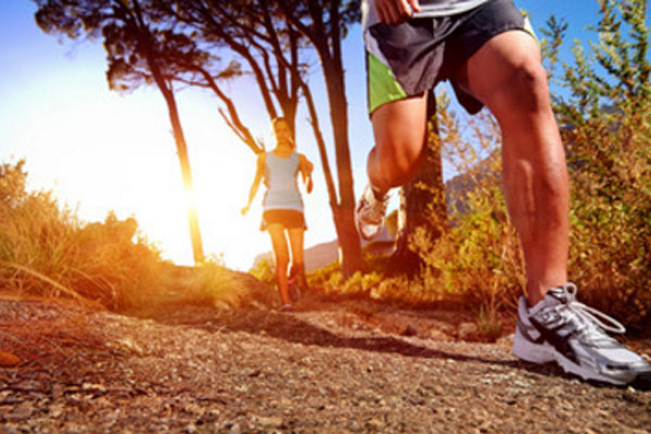 Мужчина бежит, сзади неуверенно бежит девушка