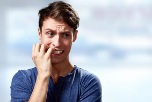 Мужчина грызет ногти, явно нервничает