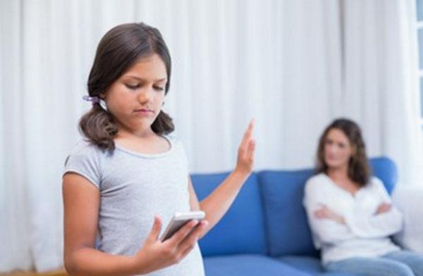 Девочка отказывается слушать маму. Она занята своим телефоном