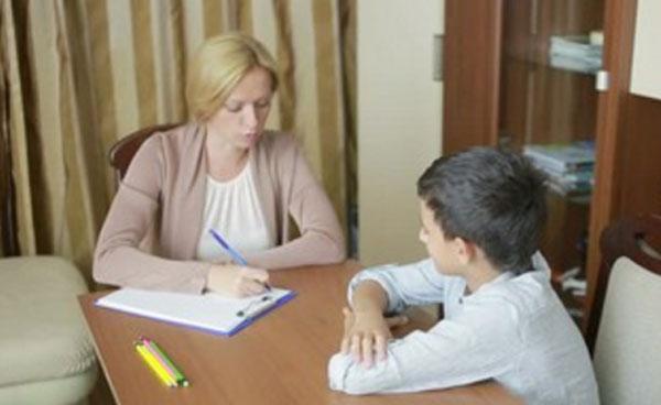 Общение мальчика с психологом