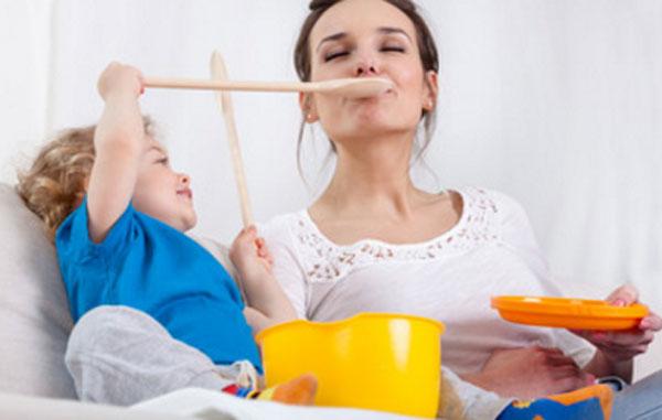 Малыш кормит маму с ложечки