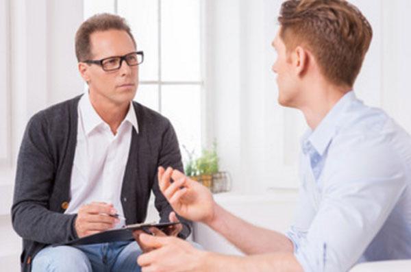 Общение мужчины с психотерапевтом