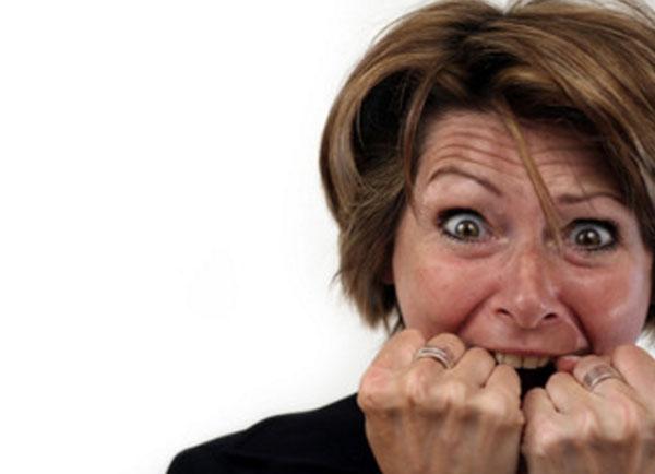 Женщина с ужасом на лице