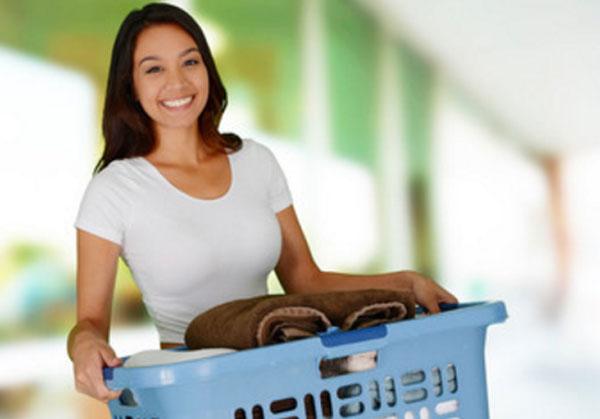 Улыбающаяся девушку с корзиной белья